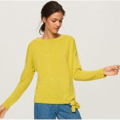 Sweter z wiązaniem na dole - Zielony. Białe swetry klasyczne damskie marki Reserved, l, z dzianiny. Za 49,99 zł.
