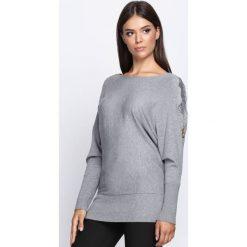 Szary Sweter Remind. Szare swetry klasyczne damskie Born2be, l, z dekoltem w łódkę. Za 59,99 zł.
