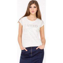 T-shirt z połyskiem i napisami. Szare t-shirty damskie Monnari, z napisami, z dekoltem na plecach. Za 47,60 zł.