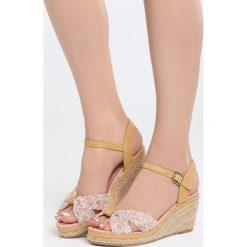 Różowe Sandały Creme Brulee. Czerwone sandały damskie Born2be, z materiału, na koturnie. Za 69,99 zł.