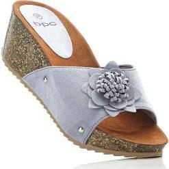 Klapki na koturnie bonprix niebieski gołębi. Niebieskie buty ślubne damskie marki bonprix, na koturnie. Za 34,99 zł.