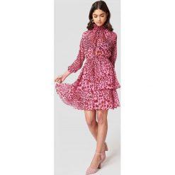 NA-KD Boho Sukienka z marszczoną stójką - Pink. Niebieskie długie sukienki marki NA-KD Boho, na imprezę, w koronkowe wzory, z koronki, boho, na ramiączkach. Za 161,95 zł.