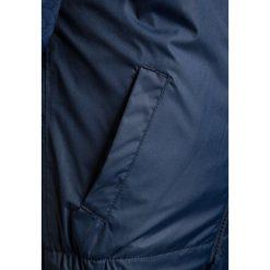 Name it NITMIST RAIN ALLOVER SET Kurtka przeciwdeszczowa skydiver. Szare kurtki chłopięce przeciwdeszczowe marki Name it, z materiału. W wyprzedaży za 171,75 zł.