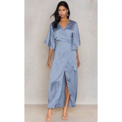 Długie sukienki: Hannalicious x NA-KD Kimonowa sukienka maxi - Blue