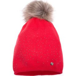 Malinowa ciepła czapka QUIOSQUE. Różowe czapki zimowe damskie QUIOSQUE, z dzianiny. W wyprzedaży za 49,99 zł.