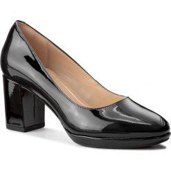 Półbuty CLARKS - Kelda Hope 261267234 Black Patent. Czarne półbuty damskie lakierowane marki Clarks, z lakierowanej skóry, eleganckie, na obcasie. W wyprzedaży za 189,00 zł.