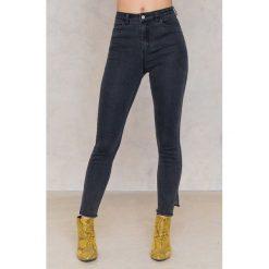 NA-KD Jeansy z wysokim stanem i rozcięciami po bokach - Grey. Szare jeansy damskie NA-KD, z bawełny. W wyprzedaży za 73,48 zł.