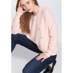 Różowy Sweter Crowded Place. Czerwone swetry klasyczne damskie Born2be, l, z okrągłym kołnierzem. Za 79,99 zł.