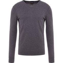 BOSS CASUAL KWESVIROW Sweter medium grey. Szare swetry klasyczne męskie BOSS Casual, m, z bawełny. Za 499,00 zł.