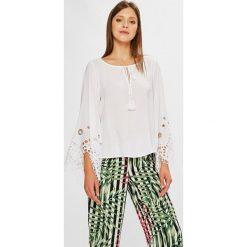 Guess Jeans - Bluzka. Szare bluzki nietoperze marki Guess Jeans, l, z aplikacjami, z jeansu, casualowe, z okrągłym kołnierzem. W wyprzedaży za 399,90 zł.
