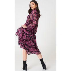 NA-KD Boho Sukienka midi ze stójką - Purple,Multicolor. Niebieskie sukienki boho marki NA-KD Boho, na imprezę, w koronkowe wzory, z koronki, na ramiączkach, mini. Za 202,95 zł.