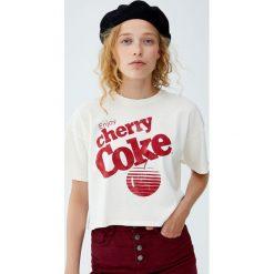 """Koszulka """"Cherry Coke"""". Czerwone t-shirty damskie Pull&Bear. Za 59,90 zł."""