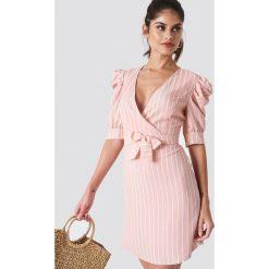 Trendyol Sukienka midi z bufiastym rękawem - Pink. Szare sukienki mini marki Trendyol, na co dzień, z elastanu, casualowe, dopasowane. Za 141,95 zł.
