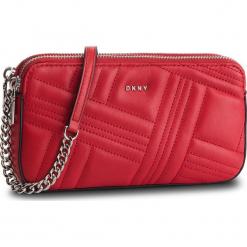 Torebka DKNY - Allen Camera Bag R83EB640 Rouge RGE. Czerwone torebki klasyczne damskie DKNY, ze skóry. Za 639,00 zł.