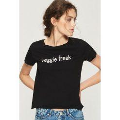 T-shirt veggie freak - Czarny. Białe t-shirty damskie marki Sinsay, l, z napisami. W wyprzedaży za 9,99 zł.