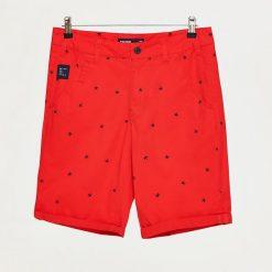 Szorty z mikroprintem - Czerwony. Czerwone szorty męskie Cropp. W wyprzedaży za 49,99 zł.
