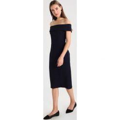 IVY & OAK CARMEN Sukienka etui navy blue. Niebieskie sukienki IVY & OAK, z elastanu, z kołnierzem typu carmen. W wyprzedaży za 471,20 zł.