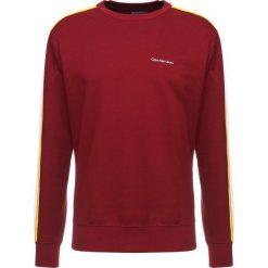 Calvin Klein Jeans SIDE STRIPE Bluza bordeaux. Czerwone kardigany męskie marki Calvin Klein Jeans, m, z bawełny. W wyprzedaży za 384,30 zł.