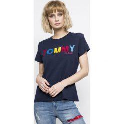 Tommy Jeans - Top. Szare topy damskie marki Tommy Jeans, l, z nadrukiem, z bawełny, z okrągłym kołnierzem. W wyprzedaży za 139,90 zł.