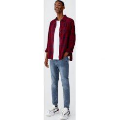 Flanelowa koszula w kratę. Czerwone koszule męskie Pull&Bear, m, z długim rękawem. Za 89,90 zł.