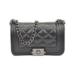 Torebka w kolorze czarnym - (S)20,5 x (W)13 x (G)6 cm. Czarne torebki klasyczne damskie Bestsellers bags, w paski, z materiału, pikowane. W wyprzedaży za 229,95 zł.