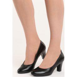 Czarne Czółenka Lovers. Czarne buty ślubne damskie Born2be, ze skóry, z okrągłym noskiem, na niskim obcasie, na słupku. Za 44,99 zł.