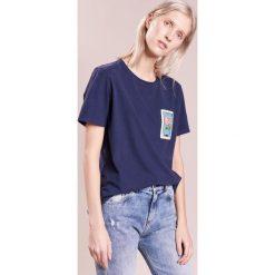Each x Other EMBROIDERED Tshirt z nadrukiem navy. Niebieskie t-shirty damskie Each x Other, m, z nadrukiem, z bawełny. W wyprzedaży za 678,30 zł.