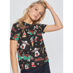 Koszulka ze świątecznym nadrukiem all over - Czarny. Czarne t-shirty damskie marki Cropp, l, z nadrukiem. Za 39,99 zł.