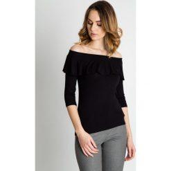 Czarna bluzka z falbaną BIALCON. Czarne bluzki wizytowe marki BIALCON, eleganckie, z klasycznym kołnierzykiem. W wyprzedaży za 80,00 zł.