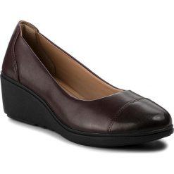 Półbuty CLARKS - Un Tallara Dee 261355374  Aubergine Leather. Brązowe półbuty damskie na koturnie marki Clarks, z materiału. W wyprzedaży za 319,00 zł.