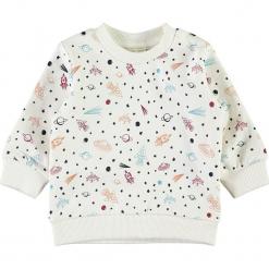 """Bluza """"Remme"""" w kolorze białym ze wzorem. Białe bluzy niemowlęce Name it Baby, z bawełny. W wyprzedaży za 37,95 zł."""