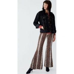 Kurtka jeansowa ze sztucznym barankiem. Czarne kurtki damskie jeansowe Pull&Bear. Za 139,00 zł.