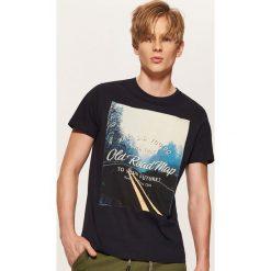 T-shirt z fotonadrukiem - Granatowy. Niebieskie t-shirty męskie House, l. Za 39,99 zł.
