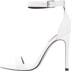 Calvin Klein Jeans PROSPER Sandały na obcasie white. Białe sandały trekkingowe damskie Calvin Klein Jeans, z jeansu, na obcasie. W wyprzedaży za 487,20 zł.