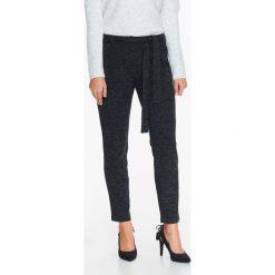 Spodnie damskie: DZIANINOWE SPODNIE CHINO Z PASKIEM