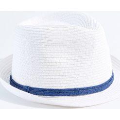 Kapelusze damskie: Lekki kapelusz z ozdobnym paskiem - Biały