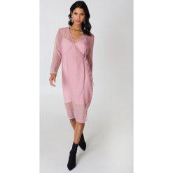 Qontrast X NA-KD Sukienka zakładana z kropki - Pink. Brązowe sukienki mini marki Mohito, l, z kopertowym dekoltem, kopertowe. Za 60,95 zł.