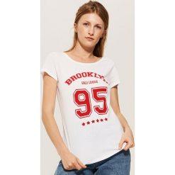 T-shirt z nadrukiem - Biały. Białe t-shirty damskie House, l, z nadrukiem. Za 19,99 zł.