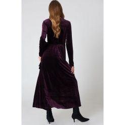 Rut&Circle Aksamitna sukienka-płaszcz - Purple. Fioletowe sukienki z falbanami Rut&Circle, z kopertowym dekoltem, maxi, kopertowe. W wyprzedaży za 81,18 zł.