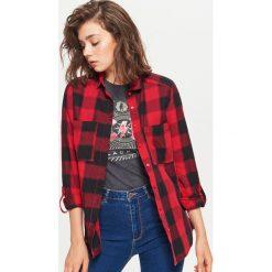 Koszula w kratę - Czerwony. Czerwone koszule wiązane damskie Cropp, l. W wyprzedaży za 29,99 zł.