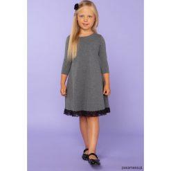 Elegancka sukienka z koronką, TD25_3, szary. Szare sukienki dziewczęce dzianinowe Pakamera, w koronkowe wzory, eleganckie. Za 89,00 zł.