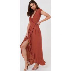 FAYT Sukienka Brady - Red. Czerwone sukienki z falbanami FAYT, z tkaniny, z kopertowym dekoltem, kopertowe. Za 220,95 zł.