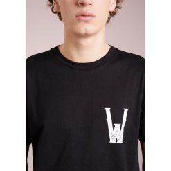 White Mountaineering Tshirt z nadrukiem black. Niebieskie koszulki polo marki Tiffosi. W wyprzedaży za 363,30 zł.