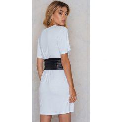 Sukienki hiszpanki: Boohoo Sukienka Petite – White