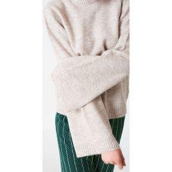 Swetry klasyczne damskie: NA-KD Sweter z okrągłym dekoltem i długim rękawem – Beige