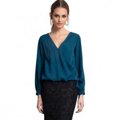 Bluzka w kolorze niebieskim. Niebieskie bluzki damskie Almatrichi, s. W wyprzedaży za 139,95 zł.