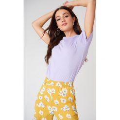 NA-KD Basic T-shirt basic - Purple. Fioletowe t-shirty damskie NA-KD Basic, z bawełny, z okrągłym kołnierzem. W wyprzedaży za 37,07 zł.