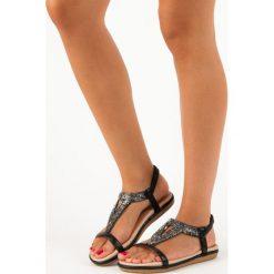 Czarne płaskie sandały z gumką MARQUIZ czarne. Czarne rzymianki damskie MARQUIZ, na płaskiej podeszwie. Za 59,90 zł.