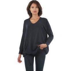 Sweter w kolorze granatowym. Niebieskie swetry klasyczne damskie marki L'étoile du cachemire, z kaszmiru, ze sznurowanym dekoltem. W wyprzedaży za 129,95 zł.