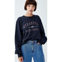 Bluza college z napisem. Czarne bluzy damskie Pull&Bear, z napisami. Za 89,90 zł.